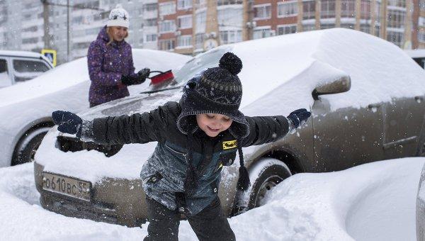 Дети на улице города в морозы. Архивное фото