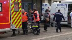 Медики на носилках везли пострадавшего после ДТП на юго-западе Франции