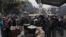 Украинцы толпились вокруг полевой кухни на тарифном Майдане в Киеве