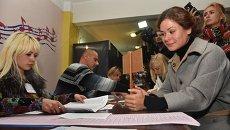 Мария Гайдар на избирательном участке в Киеве во время выборов в органы местного самоуправления.