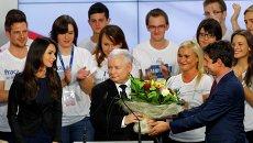 Члены партии экс-премьера Польши Ярослава Качиньского Право и справедливость после объявления результатов экзит-полла в Варшаве