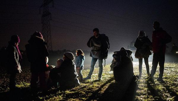 Мигранты, прибывшие с территории Хорватии, в автобусе, следующим в лагерь беженцев