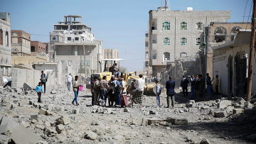 Люди на улице в столице Йемена Сане после нанесенного силами арабской коалиции авиаудара . Архивное фото