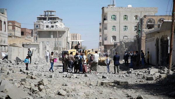Люди на улице в столице Йемена Сане после нанесенного силами арабской коалиции авиаудара. Архивное фото