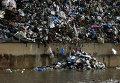 Мусор на берегу реки в Бейруте, Ливан