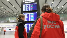 Сотрудники МЧС в аэропорту Пулково, где должен был приземлиться потерпевший катастрофу лайнер Airbus-321 авиакомпании Когалымавиа,
