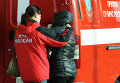 """Психолог МЧС помогает родственнице пассажира рейса 9268 в аэропорту """"Пулково"""", где должен был приземлиться потерпевший катастрофу лайнер Airbus-321 авиакомпании """"Когалымавиа"""""""