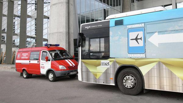 Машины оперативного штаба по крушению самолета в аэропорту Пулково, где должен был приземлиться потерпевший катастрофу лайнер Airbus-321 авиакомпании Когалымавиа