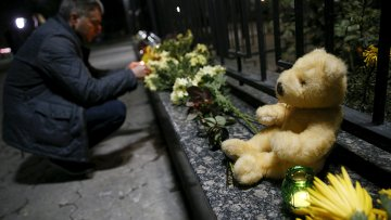 Цветы в память погибшим в катастрофе с российским лайнером A321, потерпевшим крушение над Синаем