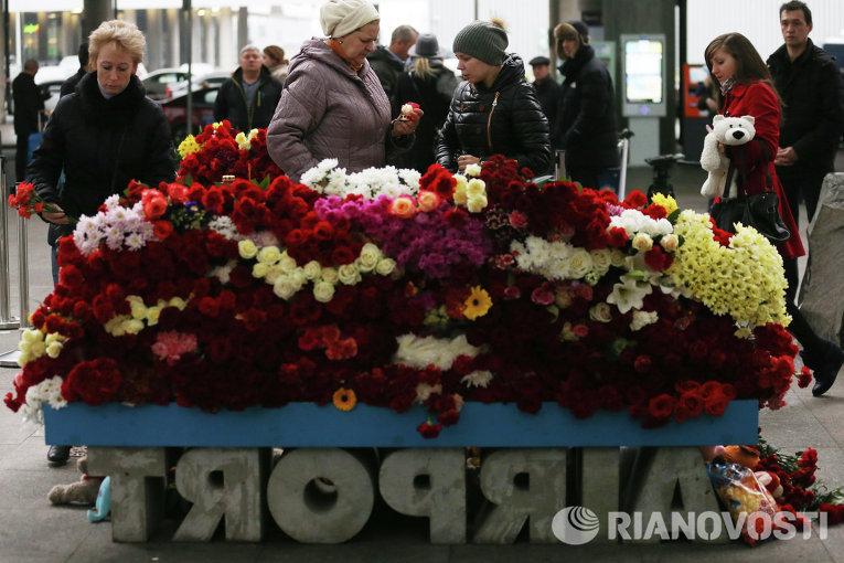 Местные жители возлагают цветы у входа в Аэропорт Пулково в память о жертвах авиакатастрофы российского авиалайнера в Египте