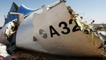Обломки самолета Airbus A321 авиакомпании Когалымавиа, который выполнял рейс 9268 Шарм эш-Шейх - Санкт-Петербург на месте крушения в 100 км от Эль-Ариша на севере Синайского полуострова