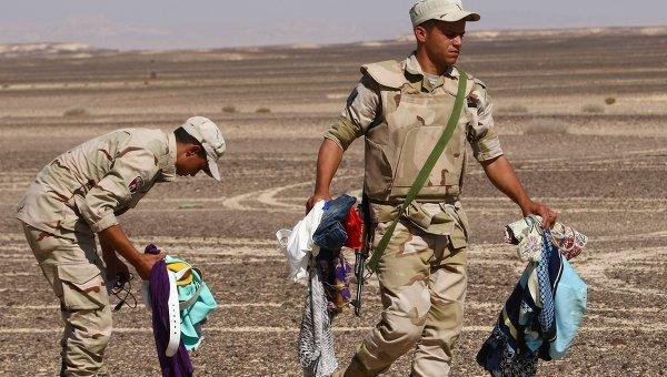 Военнослужащие собирают личные вещи пассажиров на месте крушения самолета Airbus A321 авиакомпании Когалымавиа, который выполнял рейс 9268 Шарм эш-Шейх - Санкт-Петербург на месте крушения в 100 км от Эль-Ариша на севере Синайского полуострова
