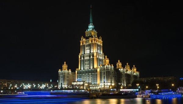 Вид на гостиницу Radisson Royal Moscow со Смоленской набережной в Москве