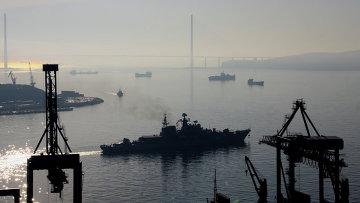 Эсминец Быстрый выходит из бухты Золотой Рог во Владивостоке. Архивное фото