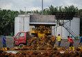 Разгрузка сырья на предприятии по производству пальмового масла на окраине Куала-Лумпур, Индонезия