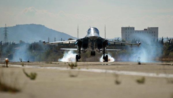 Многофункциональный истребитель-бомбардировщик Су-34 Воздушно-космических сил РФ совершает посадку на авиабазе Хмеймим в Сирии
