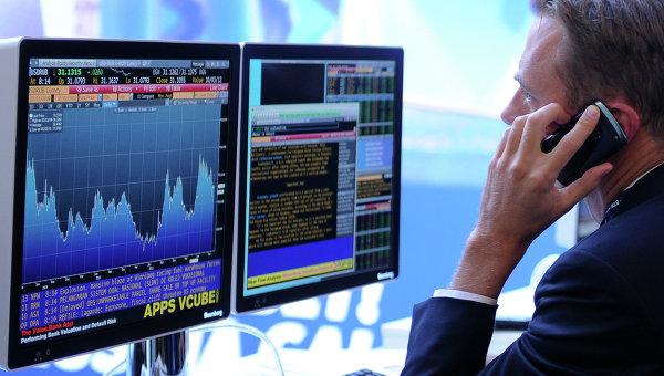 Экран, транслирующий биржевые графики. Архивное фото