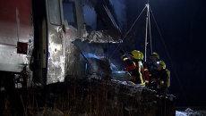 Спасатели с фонарями осматривали столкнувшийся с поездом тягач в Германии