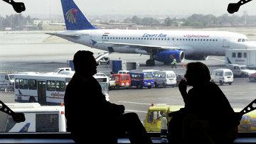 Пассажиры в аэропорту Каира, Египет, архивное фото