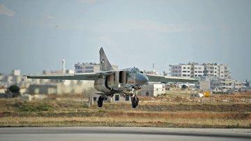 Самолет МИГ-23 сирийских ВВС заходит на посадку на авиабазе Хама