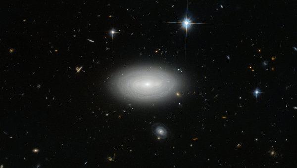 Галактика-одиночка MCG+01-02-015, обернувшая себя своими же рукавами