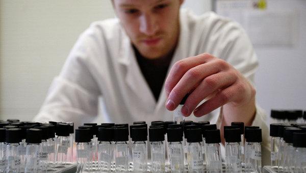 Лаборант в лаборатории по тестированию на допинг. Архивное фото
