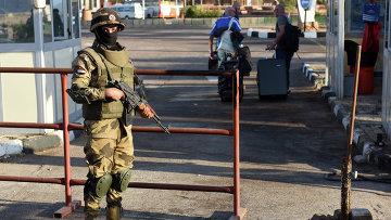 Египетские спецназовцы возле аэропорта в Шарм-эш-Шейхе. Архивное фото