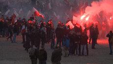 Десятки тысяч поляков в дыму петард прошли по Варшаве на Марше независимости