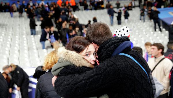 Люди во время эвакуации со стадиона Stade de France, рядом с которым прогремели взрывы