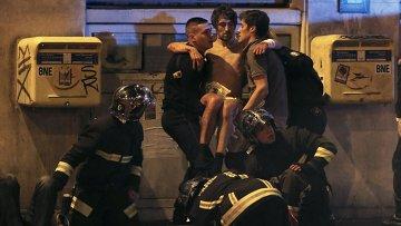 Полиция и спасатели у театра Батаклан в 11-м округе Парижа, где неизвестные задерживают заложников.