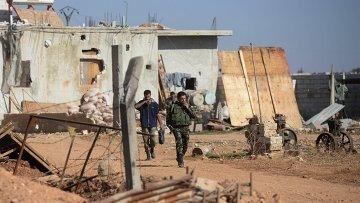 Солдаты Сирийской Арабской Армии (САА) в населённом пункте неподалеку от авиабазы Квейрис в Сирии. Архивное фото