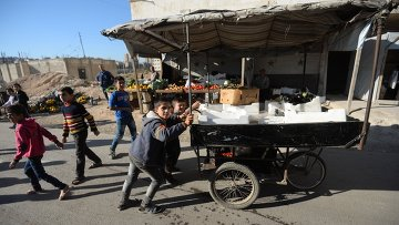 Жители на одной из улиц в сирийском городе Алеппо