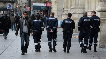 Полицейские на Северном вокзале Парижа. Во французской столице усилены меры безопасности после фоне серии терактов 13 ноября.