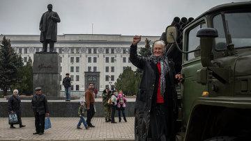 Жители Луганска на площади Ленина. Архивное фото