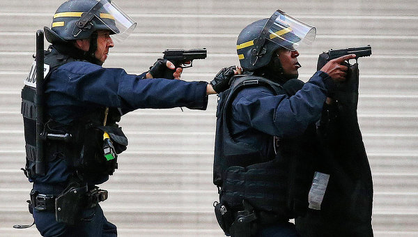 Полиция Франции во время операции в районе Сен-Дени, Париж. Архивное фото