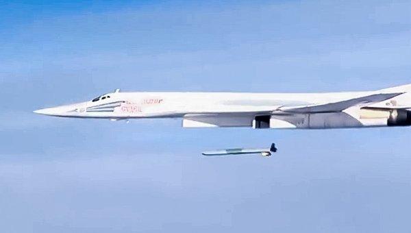 Запуск крылатой ракеты X-555 со стратегического бомбардировщика-ракетоносца Ту-160 Военно-космических сил России по объектам инфраструктуры ИГ в Сирии