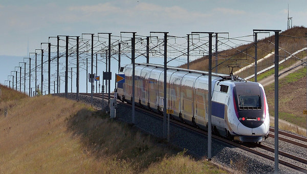 ВоФранции 60 человек пострадали при столкновении поезда супавшим деревом