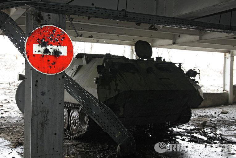 Разрушенные здания на территории Донецкого аэропорта