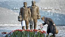 Жители несут цветы к памятнику авиаторам в центре Липецка в память о подполковнике липецкого авиацентра ВВС России Олеге Пешкове