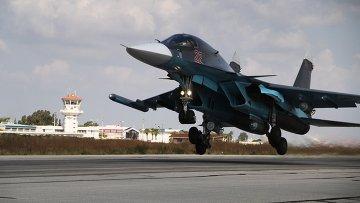 Российский истребитель-бомбардировщик Су-34 взлетает с авиабазы Хмеймим. Ноябрь 2015
