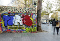 Граффити на улицах Парижа в память о терактах