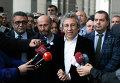 Главный редактор газеты Cumhuriyet Джан Дюндар и глава бюро газеты в Анкаре Эрдем Гюль дают интервью журналистам возле здания суда в Стамбуле