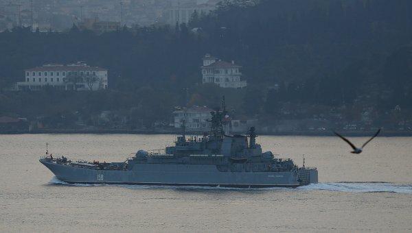 Большой десантный корабль ВМФ России Цезарь Куников в проливе Босфор, Турция. Ноябрь 2015