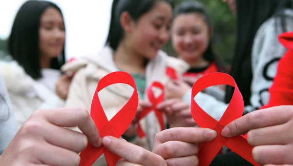Волонтеры приминают участие в акции по случаю Всемирного дня борьбы со СПИДом