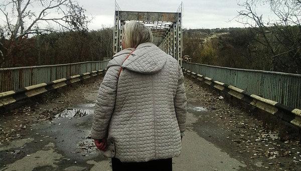 Единственный пункт пропуска между ЛНР и Украиной мост на Станице Луганской. Архивное фото