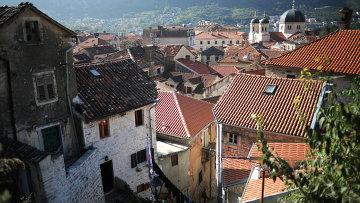 Вид на крыши старого города Котор в Черногории, архивное фото