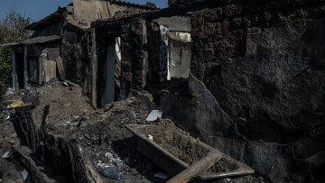 Разрушенный дом в пострадавшем во время обстрела поселке Старомихайловка Донецкой области. Архивное фото