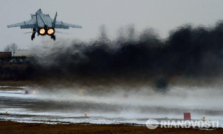 Истребитель МиГ-31 совершает взлет во время летно-тактических учений истребительной авиации Восточного военного округа на аэродроме Центральная Угловая в Приморском крае