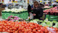 Жители Омска покупают турецкие фрукты в одном из магазинов города. Архивное фото