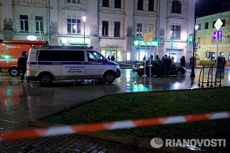 Автомобиль экспертно-криминалистической службы неподалеку от остановки общественного транспорта на улице Покровка в Москве, где произошел взрыв неизвестного взрывного устройства